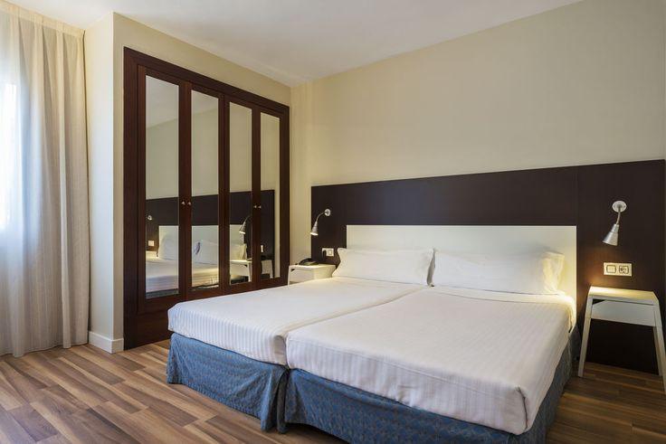 """Отель """"четыре звезды"""", с 86 номерами, в Барселоне.. В отеле 86 номеров, площадью от 18 до 76 кв.м. Здание построено в 19 веке, реконструировано в 2010 году, в соответствии с последними требованиями дизайна и комфорта. В отеле имеются: бассейн, солярий, терраса, коктейль-бар, �"""