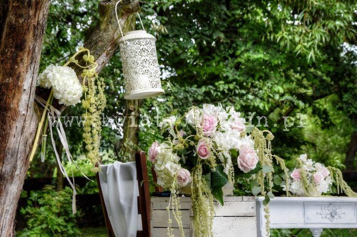 Ślub plenerowy w sadzie - kwiaty i lampiony