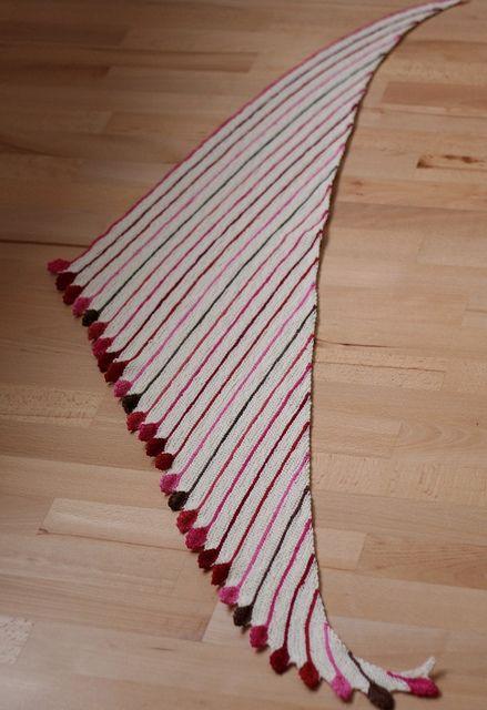 BAKTUS SCARF, Comenzar tejiendo con 3 puntos e ir aumentando por un lateral para dar forma triangular. Queda bien con lanas multicolor.