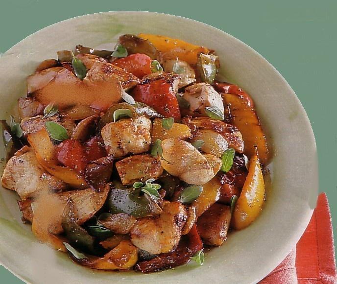 Pollo e peperoni. La mia ricetta: 1/2 kg di pollo a pezzi    1 cipolla    2 peperoni    1/2 bicchiere di vino bianco e per finire qualche fogliolina di basilico e una spolverata di origano e rosmarino