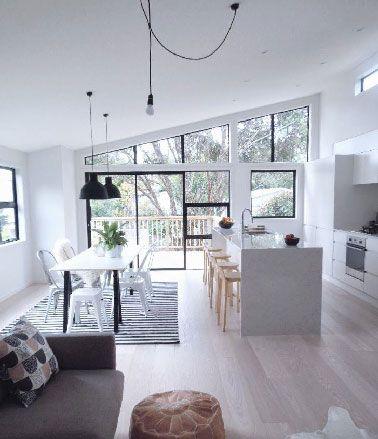 Cuisine ouverte meubles et peinture blanche sur salon gris