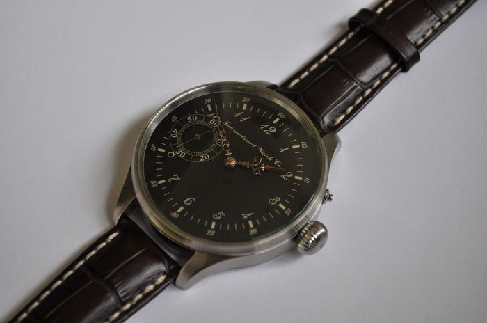IWC International Watch Co Schaffhausen - huwelijk watch - 1905  International Watch CompanyOntdek de wereld van de IWC Horloges online.Met vindingrijkheid en innovatie heeft de International Watch Company gemaakt een naam voor zichzelf in de Zwitserse luxe horloge industrie. Sinds de oprichting van het bedrijf in 1868 IWC Horloges imponeren met onberispelijke technologie en buitengewone ontwerp. Bijna 150 jaar heeft de IWC uurwerken die zeer populair in de militaire luchtvaart en sport zijn…