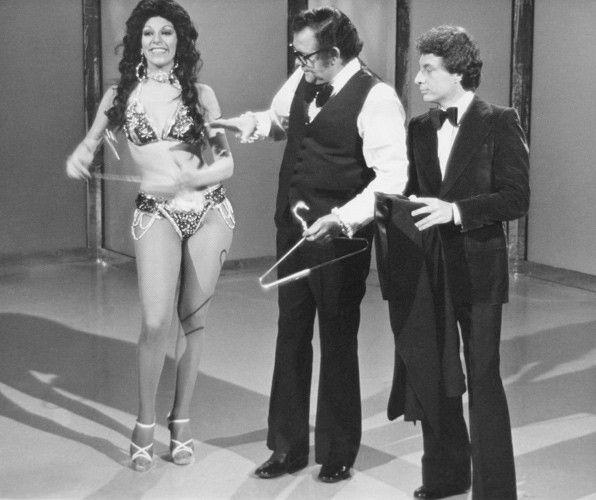 Grandes humoristas no eran, chistosos un poco y se les disculpaba la comicidad digamos ingenua... lo mejor era cuando ellas aparecían en escena, en este caso Gina Montes.