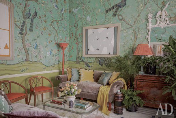 """Гостиная. Винтажный диван обтянут бархатом цвета """"кофе с молоком"""". Комод и светильники винтажные, стулья антикварные."""