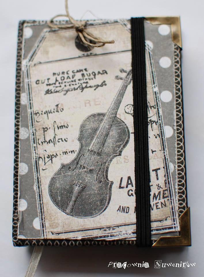 Mały, zgrabny notesik ozdobiony wysokiej jakości papierem do scrapbookingu oraz metalowymi narożnikami. Całość utrzymana w klimacie vintage. https://www.facebook.com/pages/Pracownia-Suwenir%C3%B3w/267577860061636?fref=photo