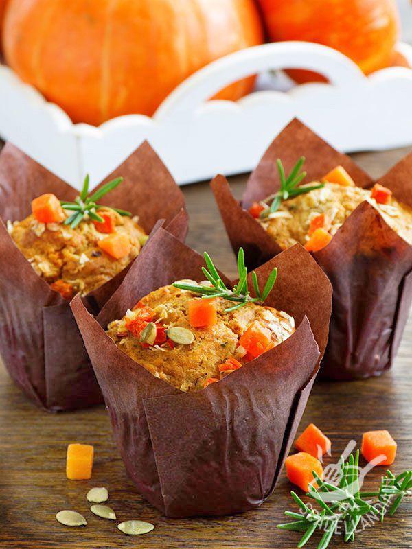 I Muffins con zucca, formaggio e rosmarino sono una idea originale per reinterpretare l'ortaggio principe della stagione autunnale in una golosa pietanza! muffiallazucca