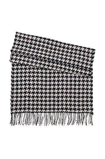 BOSS scarf in virgin wool. Perfect for the winter and adds a little something extra to all of my black dresses. Bought in October 2013.