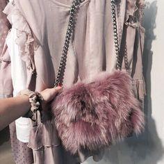 Розовая меховая сумка