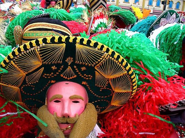 La comunidad mexicana en Filadelfia celebra el Carnaval del 5 de mayo tomando las calles del sur de la ciudad vestidos con disfraces que recuerdan la batalla de Puebla en mayo de 1862.