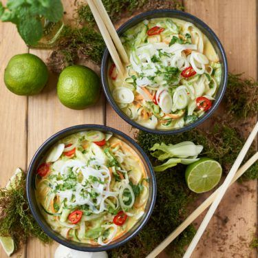 Grünes Thai Curry mit Zucchini Möhre und Pak Choi   Green Thai Curry with Zucchini, Carrots and Pak Choi   Rezept auf carointhekitchen.com   #thai# curry #recipe