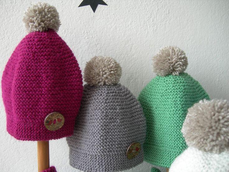 Bufanda y gorro para bebe hecha en punto bobo con botón madera estampado. Puedes hacer conjuntos en diferentes colores como crudo, visón, rosa, malva, añil, verde claro y más fuerte.