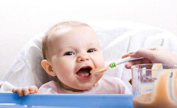Voeding is belangrijk voor de ontwikkeling van je baby, maar hoe weet je wat je baby het eerste jaar nodig heeft? Hier vind je een handig voedingsschema.