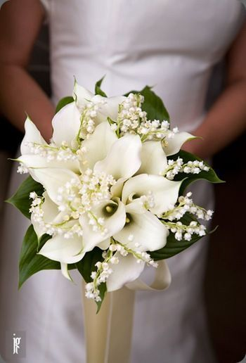 Callas and lily of the valley bouquet. Found on Botanical brouhaha #bouquet #callalilies #luxuryvanitory