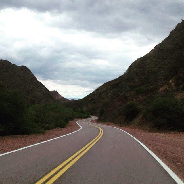El camino del viajero no tiene final. La mítica Ruta 40 en Argentina nos hace atravesar la provincia de Salta, pasando Cafayate, un lugar de colores! Ruta de sorpresas! #cafayate #argentina #ruta40 #overlanders #viajeros #suramérica