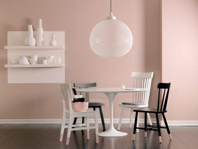Ett lekfullt kök med rosa väggar och vita och svarta kontraster målade med LADY 2526 Rosendagg.