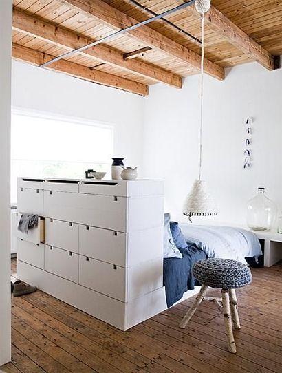 Slapen staat centraal met deze opstelling.Zet je bed in het middelpunt.Ladenkast van Ikea erachter en klaar!