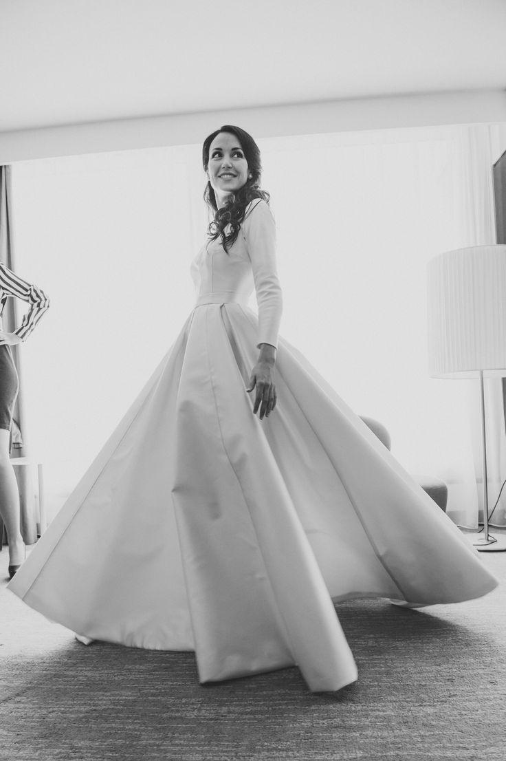 wedding dress//robe de mariée ; skiss ; smile//sourir ; profile ;  happy ; black & white photo// photo noir & blanc ; elegant ; bride ;    http://www.skiss.fr/