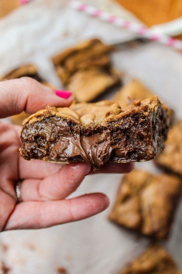 The Nutella in these brown butter blondies WANTS OUT.