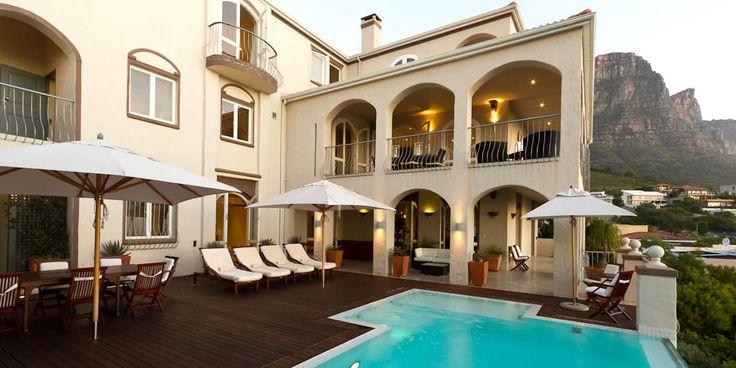 Villa Blue -  Une luxueuse villa toscane de 5 chambres située à Camps Bay, avec piscine à débordement, sauna, salle de sport, majordome, chef cuisinier et vue sur l'Océan Atlantique.