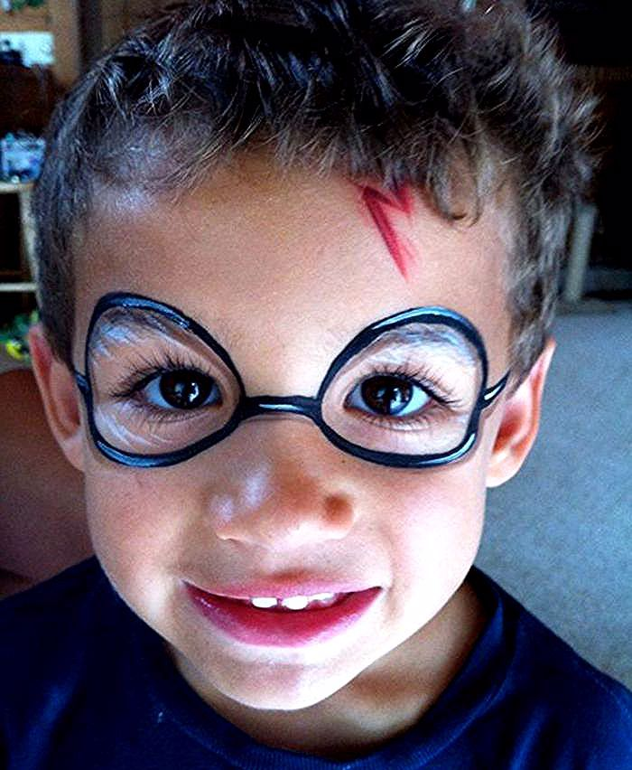 Der Kleine Junge Mit Harry Potter Narbe Und Bemalte Brillen Halloween Make Up Einfach Face Painting Halloween Face Painting Easy Face Painting For Boys