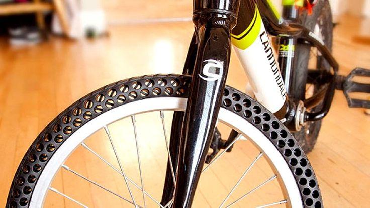 Chaque année, dix millions de tonnes de pneus et de chambres à air pour vélos sont jetées à la poubelle. Mine de rien, cette quantité gigantesque de déchets suffirait àremplir huit fois l'Empire State building