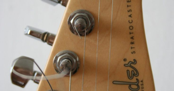 Como identificar uma Fender Stratocaster modelo mexicano. A Fender fabrica vários tipos de guitarras Stratocaster, mas elas podem ser dividas em dois grupos principais: as fabricadas nos Estados Unidos e as fabricadas no México. As diferenças, apesar de abundantes, podem ser difíceis de identificar apenas olhando para elas. Existe algumas maneiras de determinar se a guitarra que você segura é uma ...
