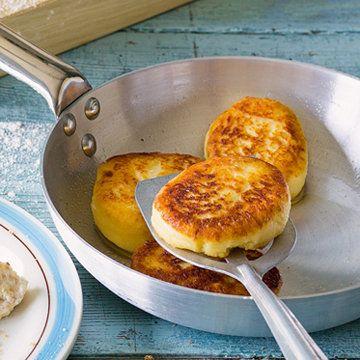 Вкусные сырники из 3 ингредиентов  Вкусные сырники вы умеете печь? А такие? - всего из 3 ингредиентов? Если нет - то вам сюда!  Сырники с сахаром и яйцами всегда требуют большого количества муки, но если вы хотите насладиться интенсивным творожным вкусом, то приготовьте сырники без яиц и без сахара!  Не удивляйтесь! - Это очень вкусные сырники!  Продукты на 2 порции  2 банана , 1 пачка творога (250 г), мука - произвольное количество