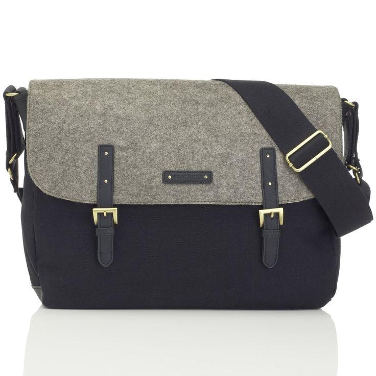 Le sac à langer Ashley feutre gris et noir de la marque Storksak vous permettra de ranger tout le nécessaire de bébé pour la promenade, ou pour partir en week-end, de façon tendance.