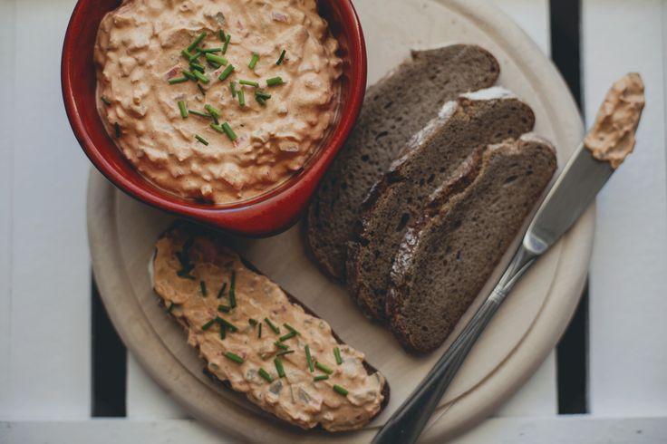 Liptauer – austriacka pasta do chleba / Adamant Wanderer  Składniki:      1 papryka (czerwona lub żółta)     1/4 średniej cebuli     3 średnie ogórki w occie (ewentualnie kiszone)     1 łyżka kaparów     250g zmielonego twarogu/ kremowego serka     3 łyżki śmietany     1 łyżka miękkiego masła     2 łyżki słodkiej papryki w proszku     1/2 łyżeczki mielonego kminku     1 łyżka musztardy     sól     pieprz     szczypiorek (lub pietruszka)