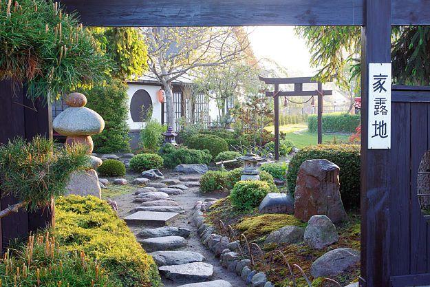 Ogród japoński w Suchożebrach przyciąga atmosferą Orientu, malowniczymi kompozycjami skalnymi i dekoracjami.