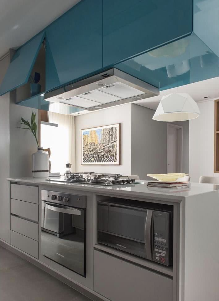 Cozinha compacta apartamento azul nicho microondas