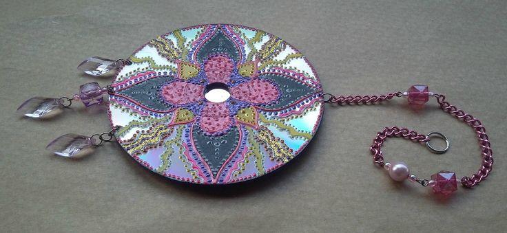 Mandala em CD Dupla Face, pintura dos dois lados, com técnica mista, relevos e etc...    Decore seu cantinho com essa linda mandala.