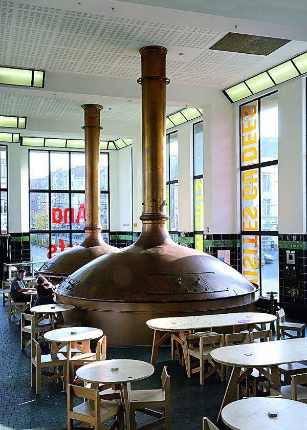 Le Wiels Cette brasserie à l'architecture moderniste 1930 est devenue un laboratoire de l'art contemporain. On y fait une pause autour des alambics géants du café Kamilou, cafétéria et foyer aux activités multiples après une immersion dans les vidéos utopiques de Stan Douglas