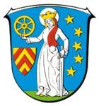 Steina (1290) Steinahe (1304) Steyna an der strasze gegin Fulde (1339) Stena (1361) Steinau (1364) Seit 1978 Steinau an der Straße.  Die Stadt erhielt 1290 das Stadtrecht von Kaiser Rudolf I. und veranstaltet seitdem jedes Jahr den Katharinenmarkt. Der Markt fand ursprünglich im November statt, wurde aber nun vorverlegt auf Oktober wegen der zunehmenden Konkurrenz der Weihnachtsmärkte.