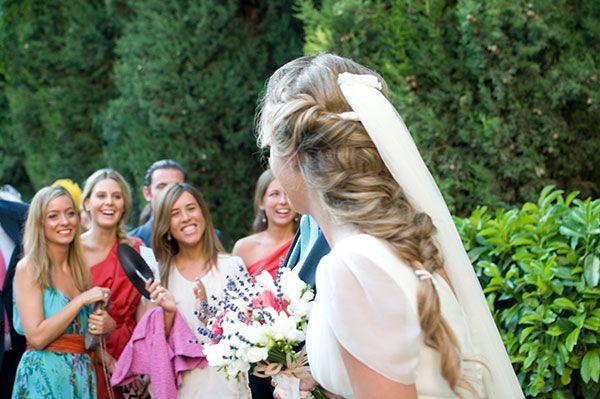 Semi-recogido para novias con el velo como único adorno pelo novia. ¡Sencillo y perfecto! http://www.luciasecasa.com/noticias/adornos-pelo-novia/