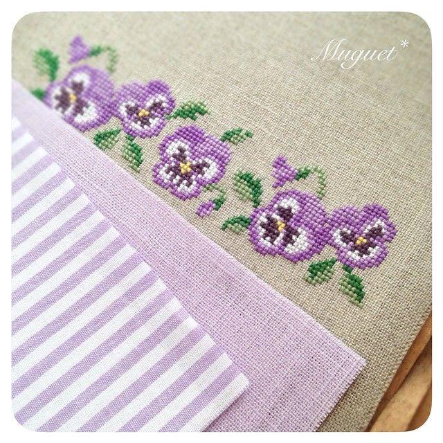 . パープルも同じような感じの布合わせに♪  こちらは小さなお財布に仕立てます。  #刺繍 #クロスステッチ #パンジー #花 #ストライプ #布 #手芸 #手作り #ハンドメイド #embroidery #crossstitch #handwork #handmade #diy #fabric #flower #pansy