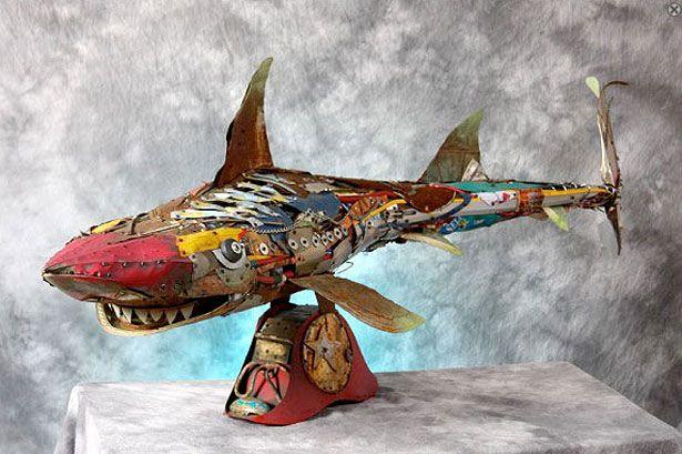 Frank Russell  A peça tubarão  foi construído a partir de  latas de embalagem de alimentos, e a perna de um manequim masculino. As alhetas são de cobre e os dentes são latas de sopa. A escultura tem dez metros de comprimento. Russell especializada nessas esculturas produzidas a partir de objetos encontrados.