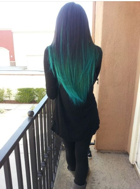 Cabello largo con mechas californianas de color azul verdoso