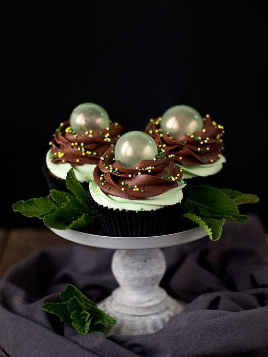Cupcakes de chocolate y menta con burbujas de gelatina // Chocolate and mint cupcakes with jelly bubble