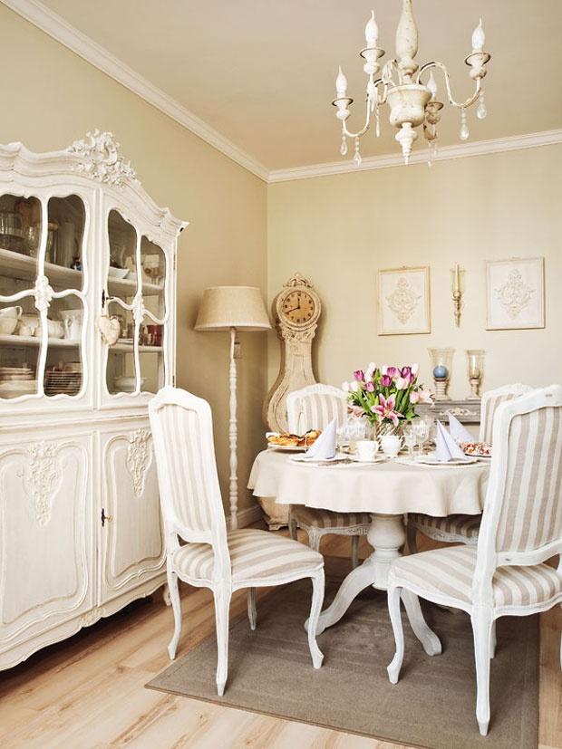 Дубовый сервант в стиле рококо был куплен на блошином рынке. Хозяева собственноручно отреставрировали его, как и стулья в стиле Людовика XIV из антикварного магазина. Перекрашенный в белый цвет стол переехал в гостиную из кухни.