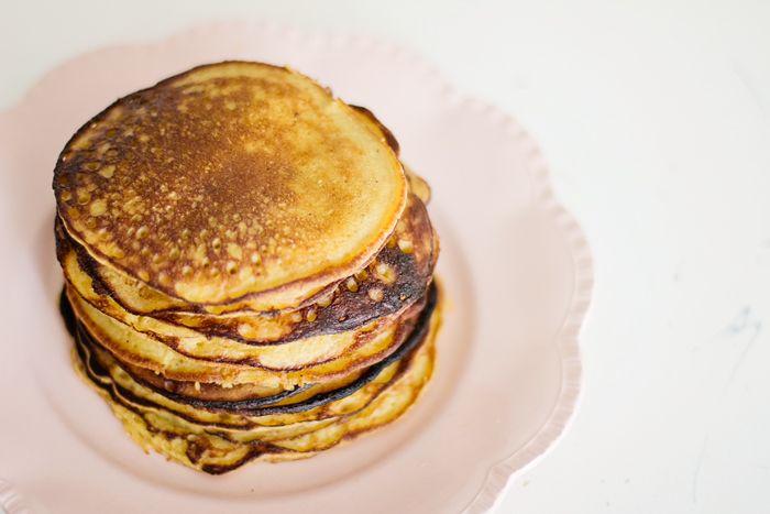 Er staan al een heel aantal pannenkoek recepten op degezondemama. Allemaal stuk voor stuk lekker! Ons favoriet thuis is de pannenkoekjes met maar twee ingr