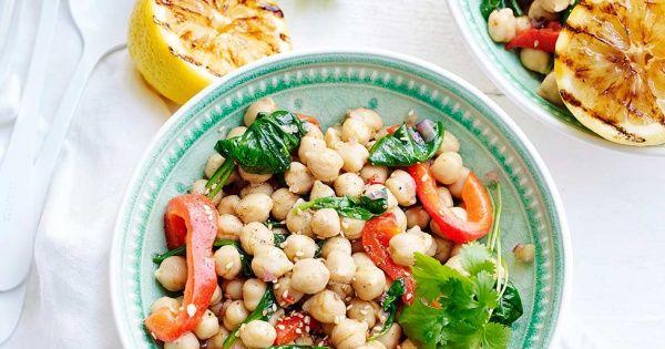 Salade van kikkererwten met spinazie en gegrilde paprika