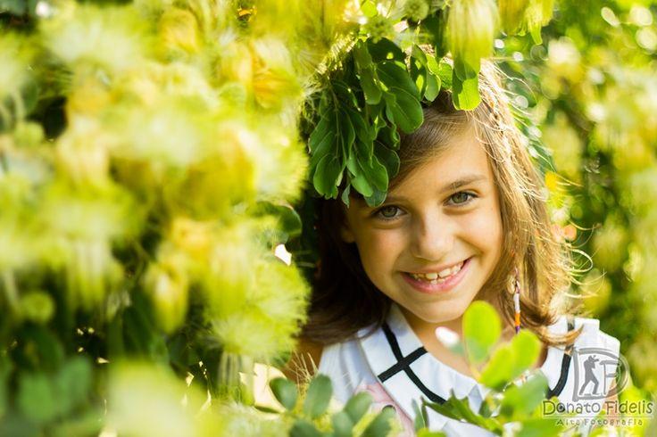 Little girl between leaves! Pequena garota entre folhas!
