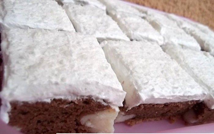 Jednoduchý koláč se šlehačkou. Uvnitř pudinkový krém s chutí kokosu. Mňam!