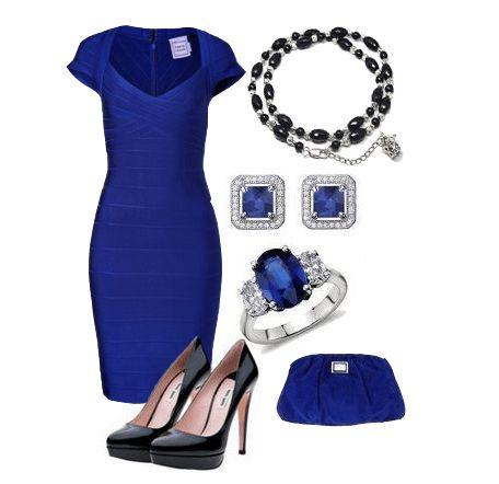 Бандажное синее платье с черными классическими туфлями и синим клатчем
