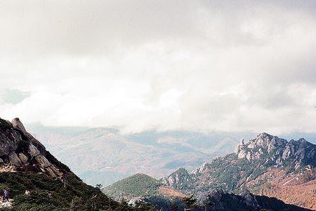 山頂は霧に包まれ視界ゼロだったが、稜線を下る内に晴れてきた。瑞牆山の山容の力強さを見ながら、軽い足取りで。[1996/10 金峰山 瑞牆山(山梨県)]© 2010 風旅記(M.M.) 風旅記以外への転載はできません...