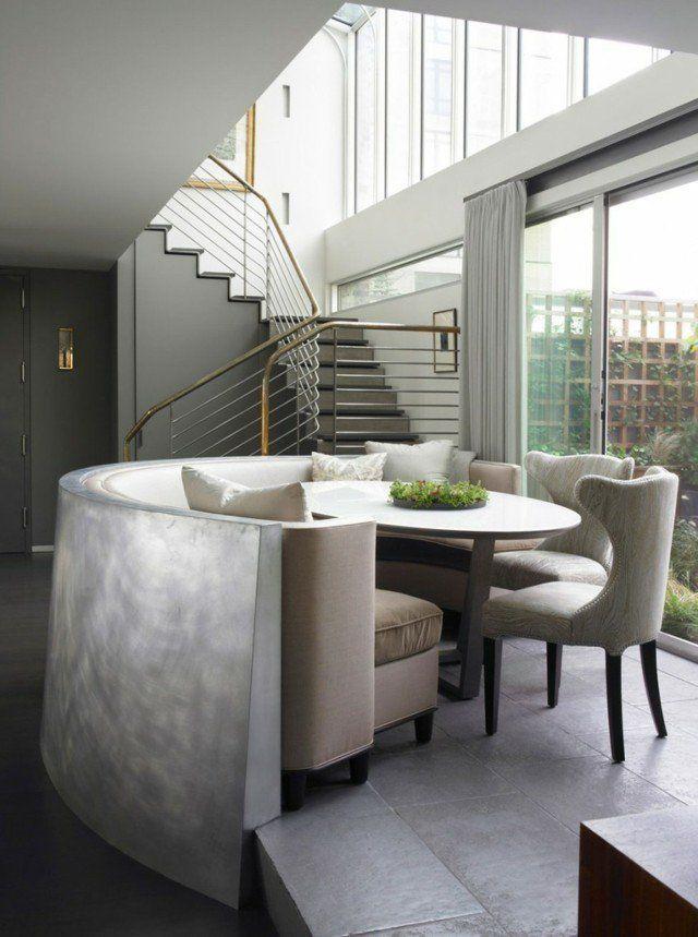 coin-repas séparé avec table ronde dans le loft moderne