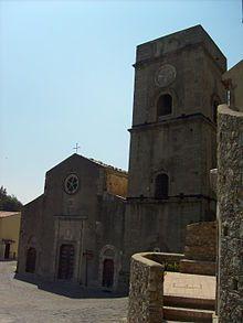 Chiesa di Santa Maria In Cielo Assunta - Savoca.( Sicilia ). Edificata nel 1130, presenta una facciata a doppio spiovente con un portale centrale, di impostazione rinascimentale, spinto verso l'alto da paraste laterali che guidano lo sguardo verso il rosone in pietra lavica a cinque bracci.