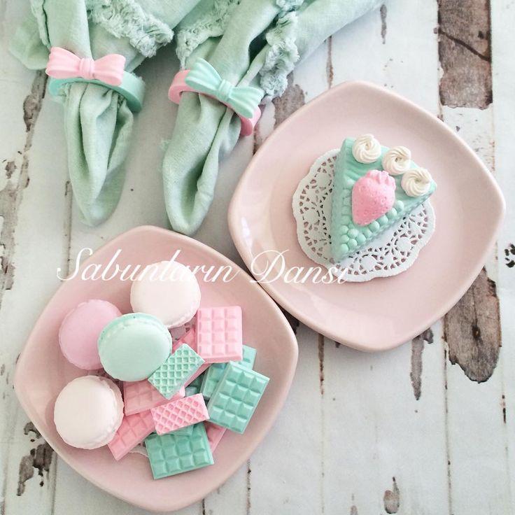 Şeker tadında mutlu mutlu pazarlarınız olsun inşallah  kilo aldırmayan tatlı tabağı hanımlar, bakıyoruz ve yiyemiyoruz  pasta, goflet, çikolata, macaron birde peçete halkası kokulutaş  Sevgili @naturacorner a cici kalıplarım,kalıplarımın yanında  gönderdiği hediyeleri için teşekkür ederim. Sayfasında kampanyada var bir göz atın derim  #pazar #sweet #tatlı #pasta #kokulutas #kokulutaş #dekorasyon #vintage #dekoratif #goflet #macaron #peçetehalkası  #pazarkahvaltısı #pazargezm