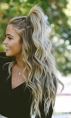 pretty waves and high half pony tail! Blonde hair goals.